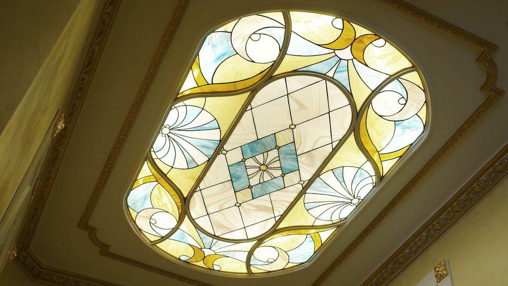 Овальный витражный потолок