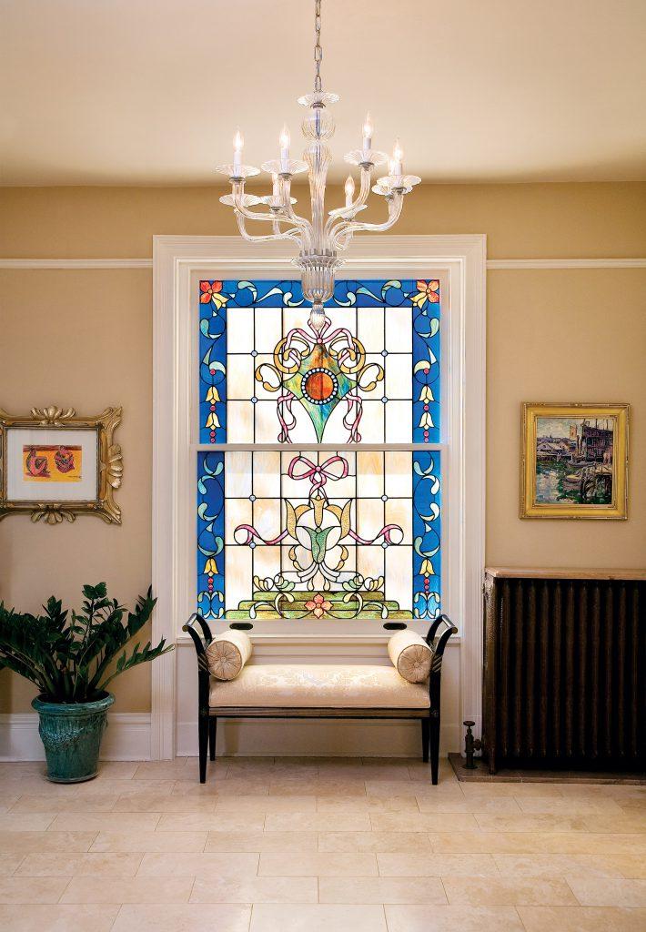 Красивое витражное окно в гостиной