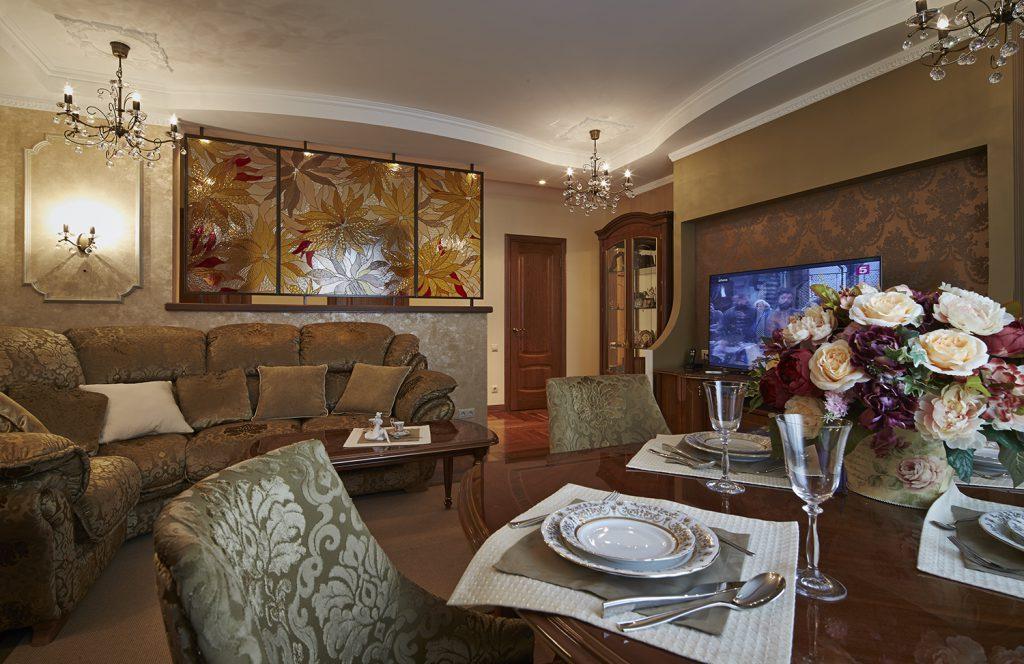 Витражная перегородка в гостиной-столовой