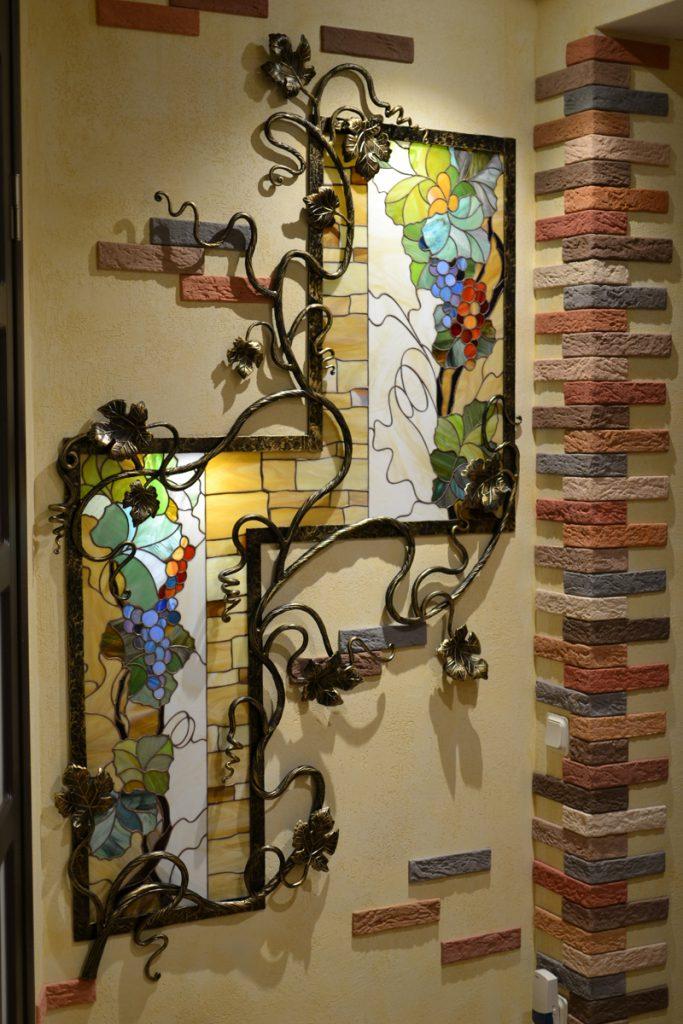 Витражи с коваными элементами в коридоре