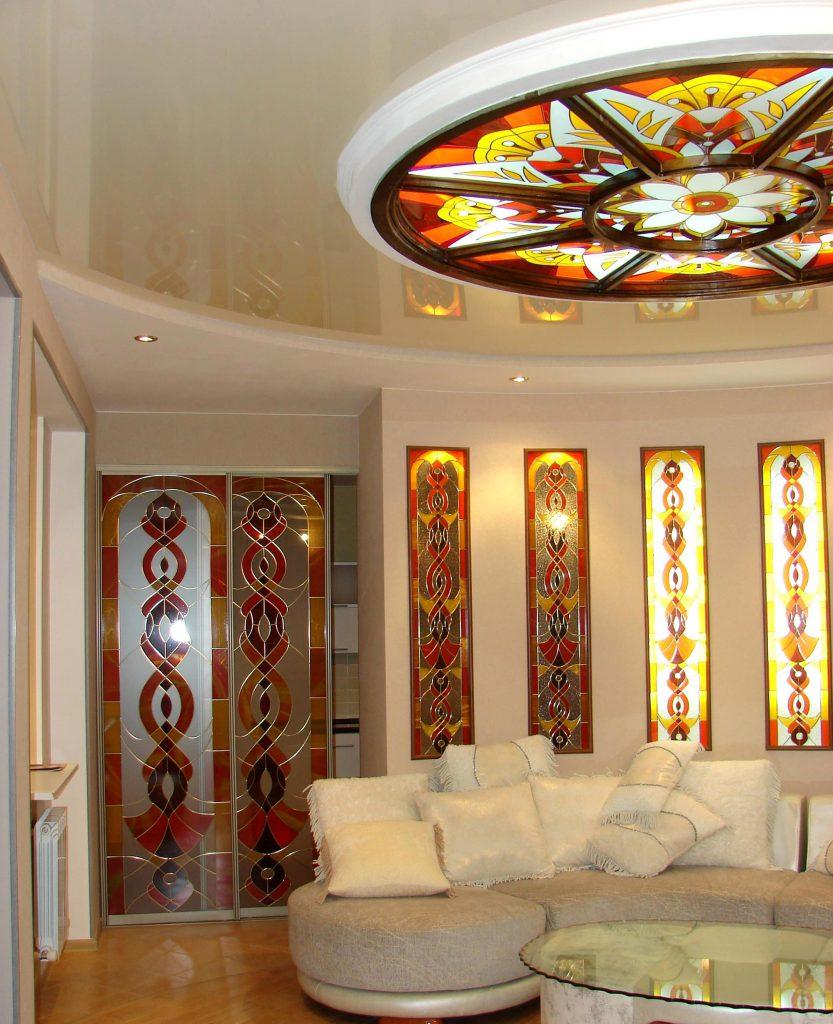 Витражный круглый потолок в гостиной
