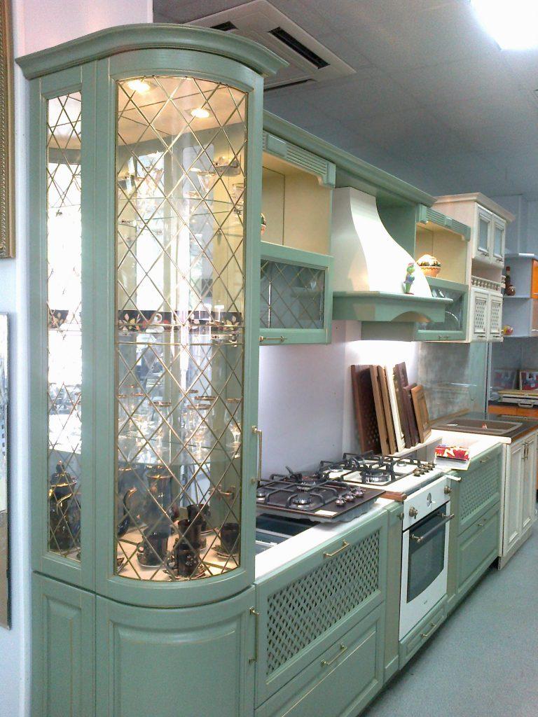 Витражный шкафчик на кухне