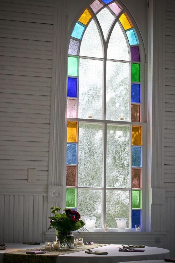 Красивое витражное окно в столовой