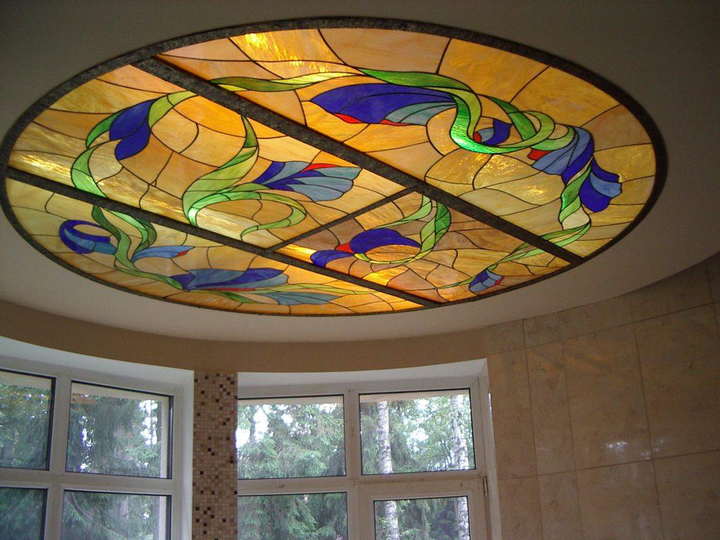 Круглый витражный потолок в доме