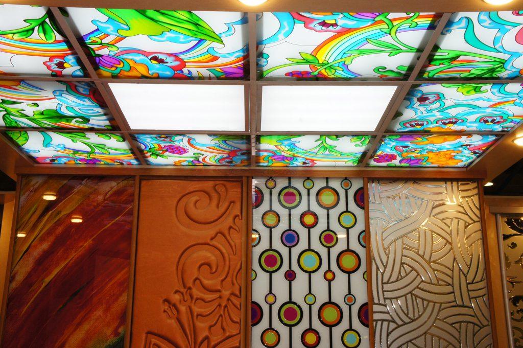 Красочный витражный потолок