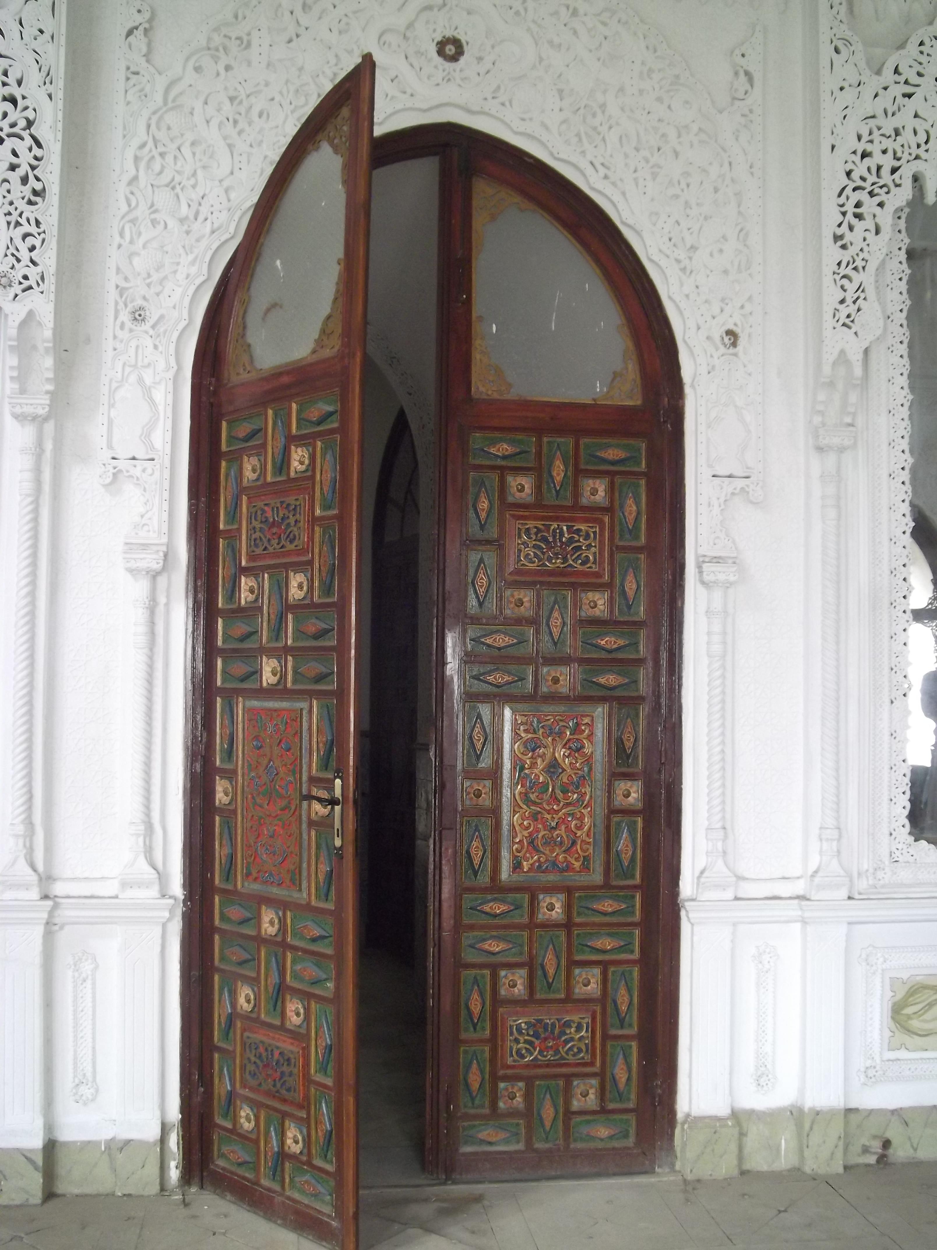 Темная дверь в восточном стиле