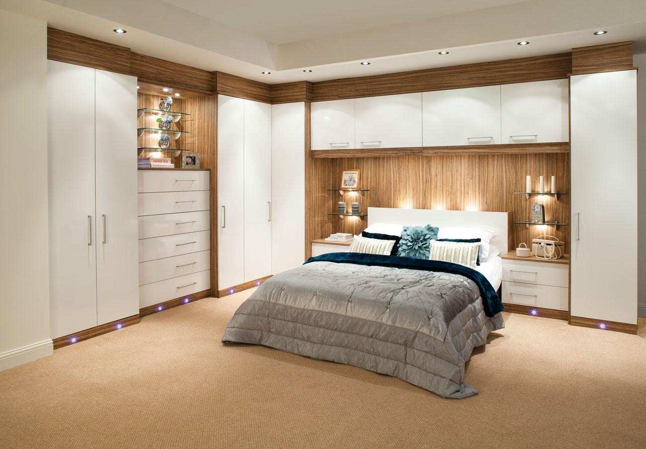 Угловой шкаф в интерьере спальни встроенный