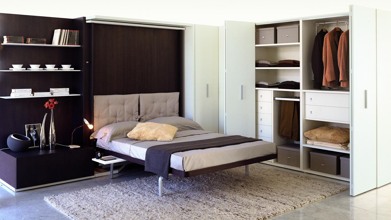 Встроенная коричневая кровать