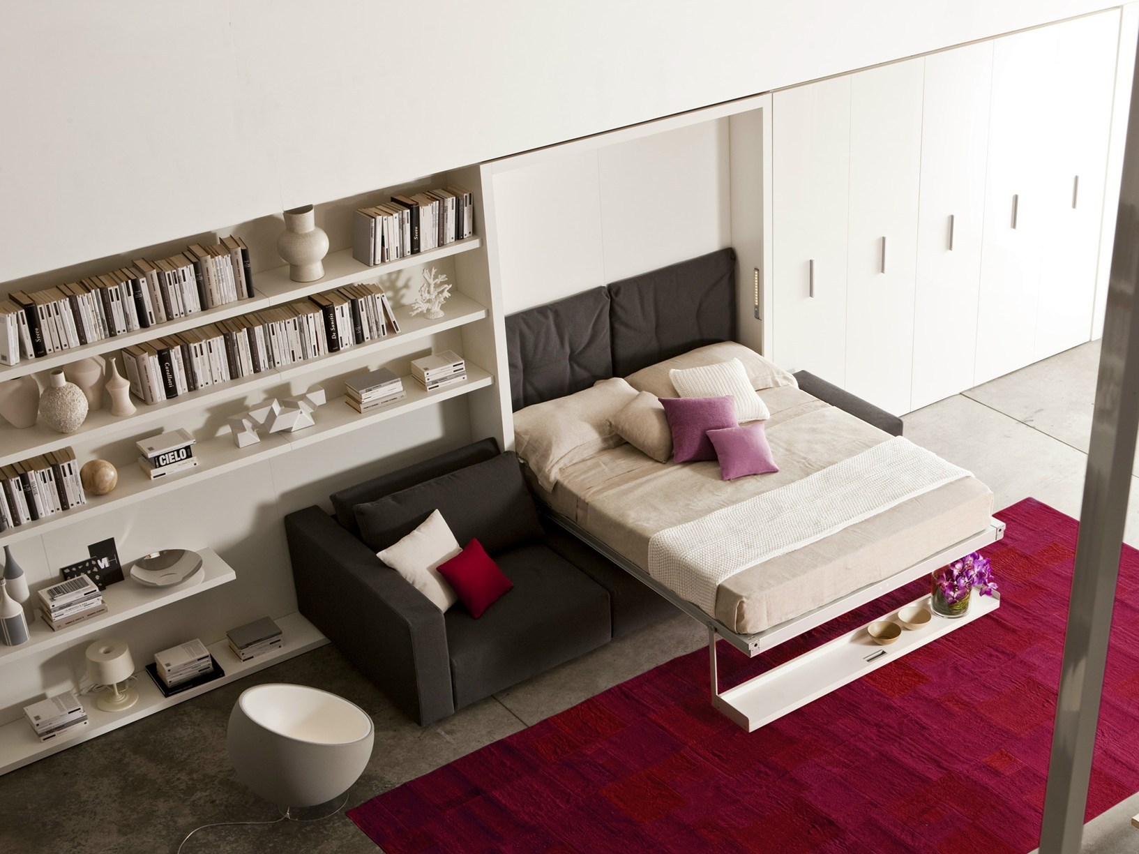 Шкаф-кровать-диван в просторной комнате