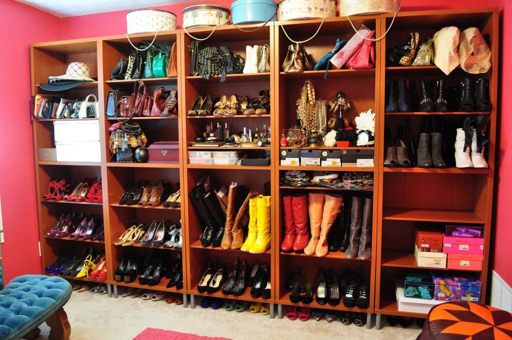 Большой открытый шкаф для хранения одежды и обуви