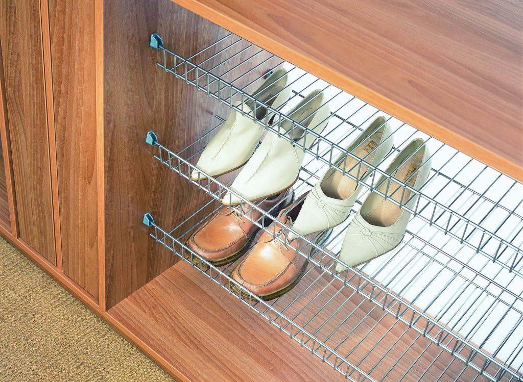 Металлические полки для обуви легко мыть и протирать от пыли