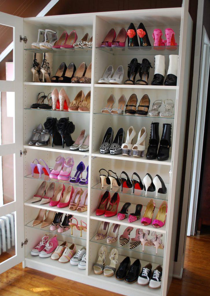 Большой шкаф со стеклянными полками для обуви