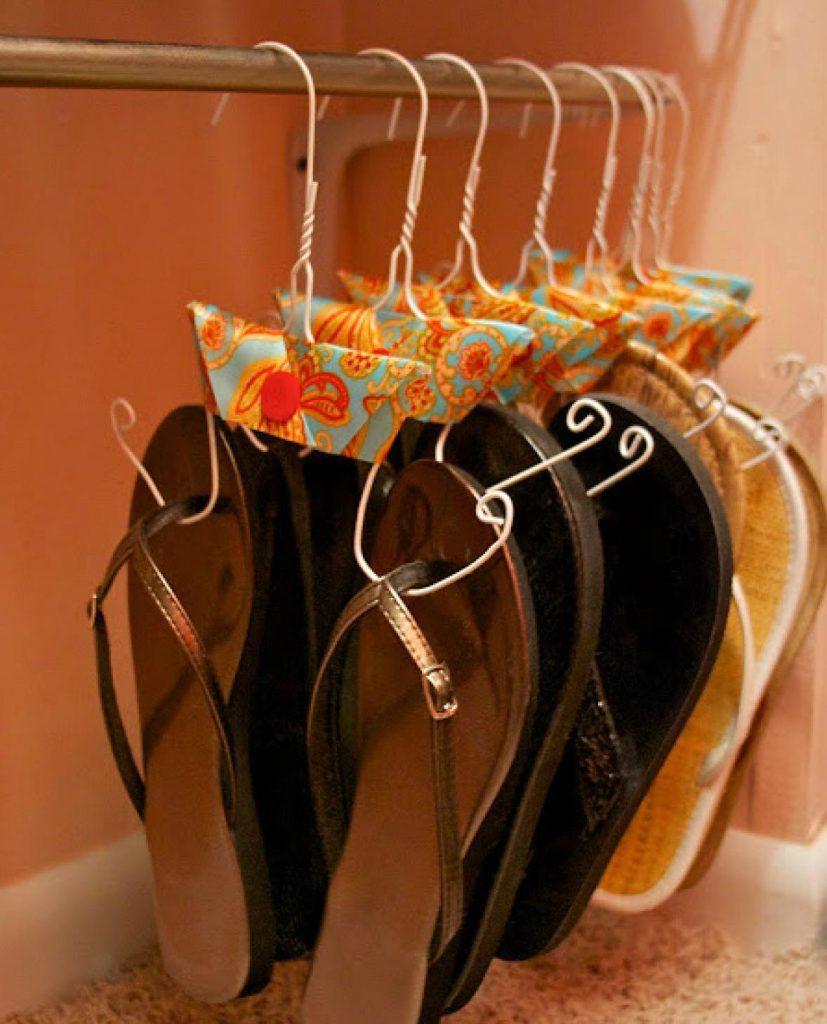 """Можно сделать """"плечики"""" для хранения обуви из проволоки"""