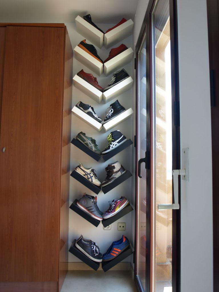 Открытые наклонные полки для обуви