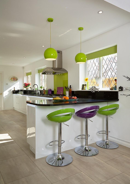 Дизайн кухни с барной стойкой зеленый