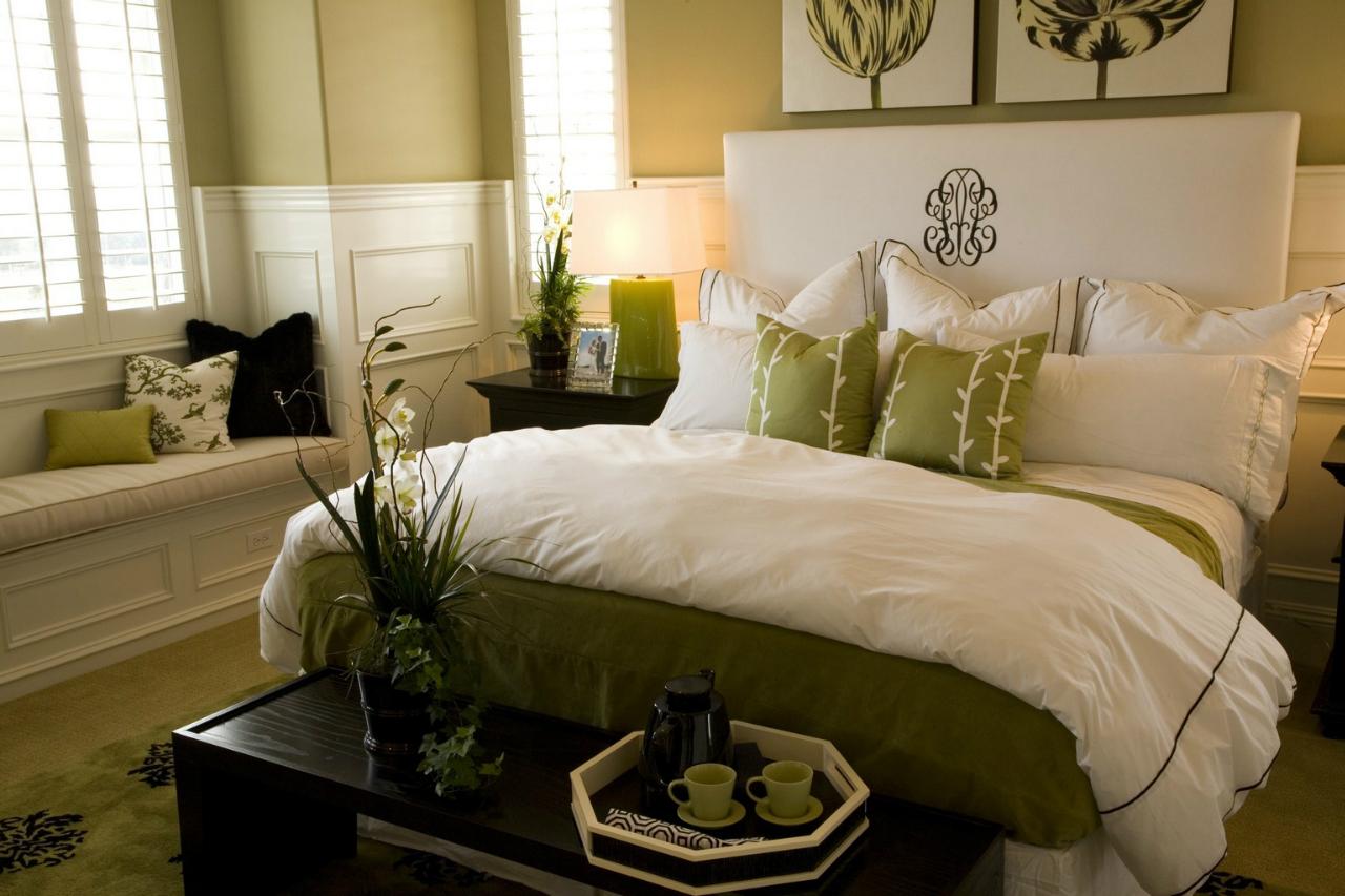 Зеленая картина над кроватью в спальне