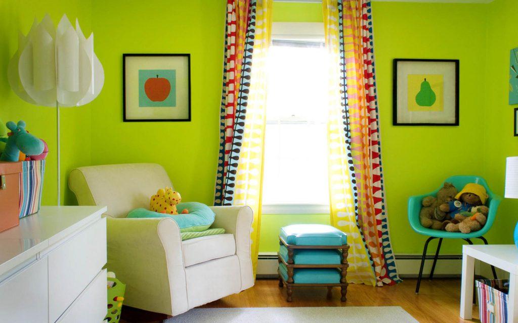 Сочетание зеленого и бирюзового цветов в интерьере гостиной