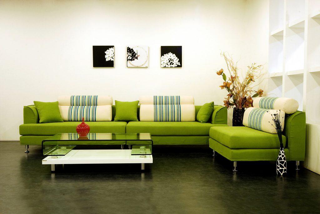 Сочетание зеленого и белого цветов в гостиной