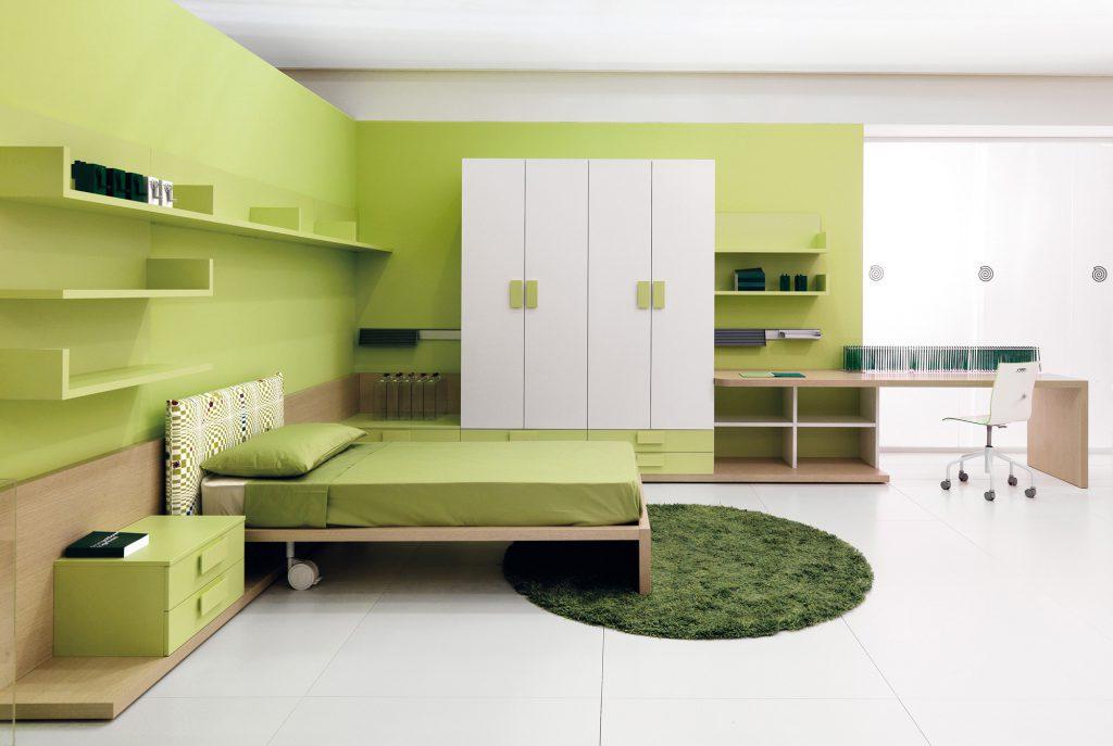 Различные оттенки зеленого цвета и белый в интерьере спальни