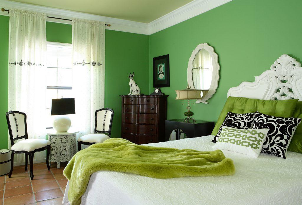 Зеленый цвет в неоклассической спальне
