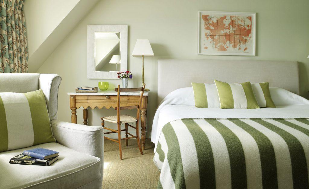 Полосатые зелено-белые акценты в спальне