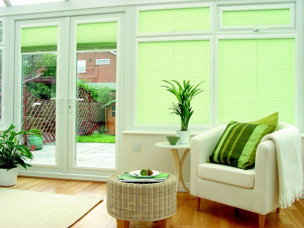 Светло-зеленые шторы в просторной гостиной