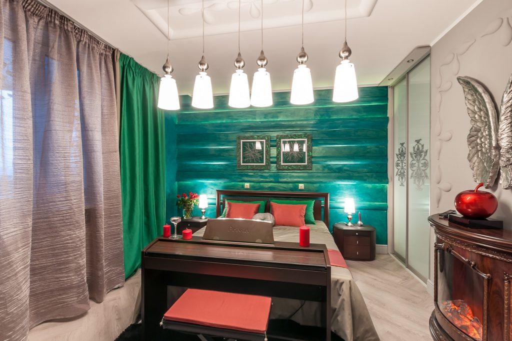 Зеленые шторы и стена в спальне