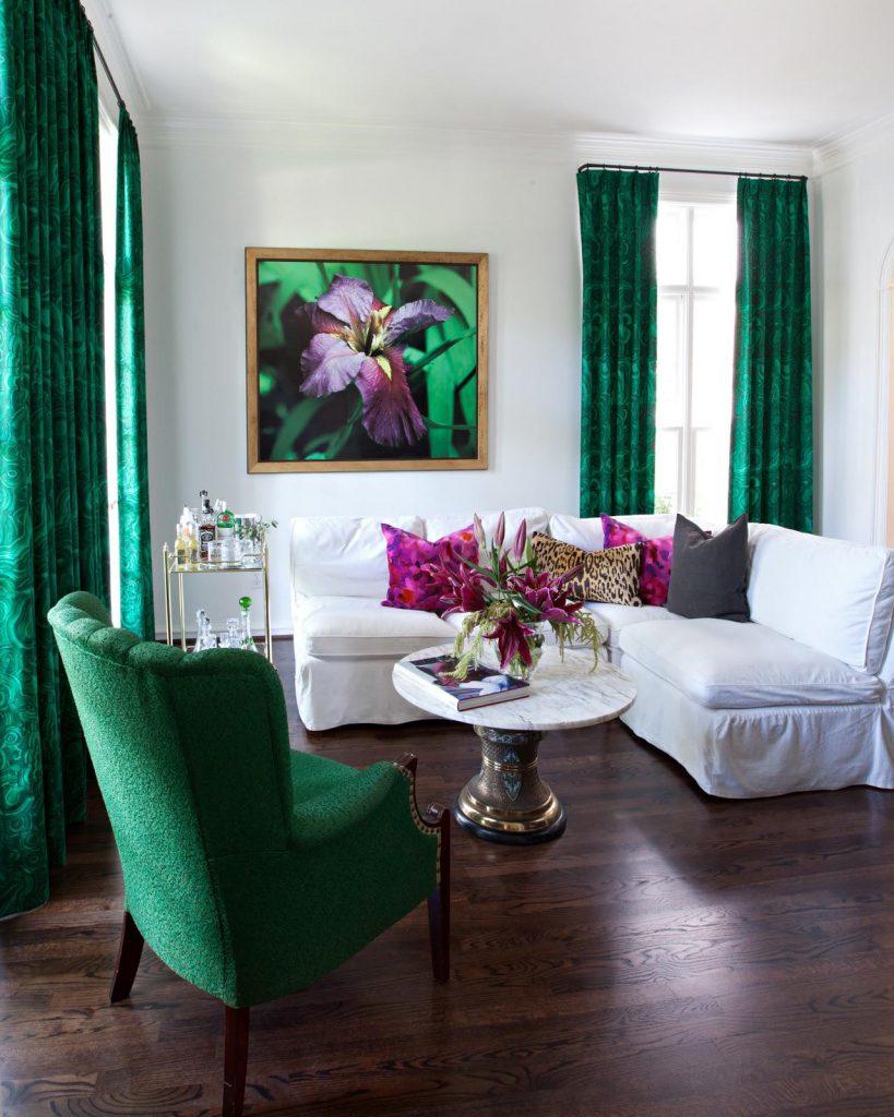Сочный зеленый и белый цвета в интерьере гостиной