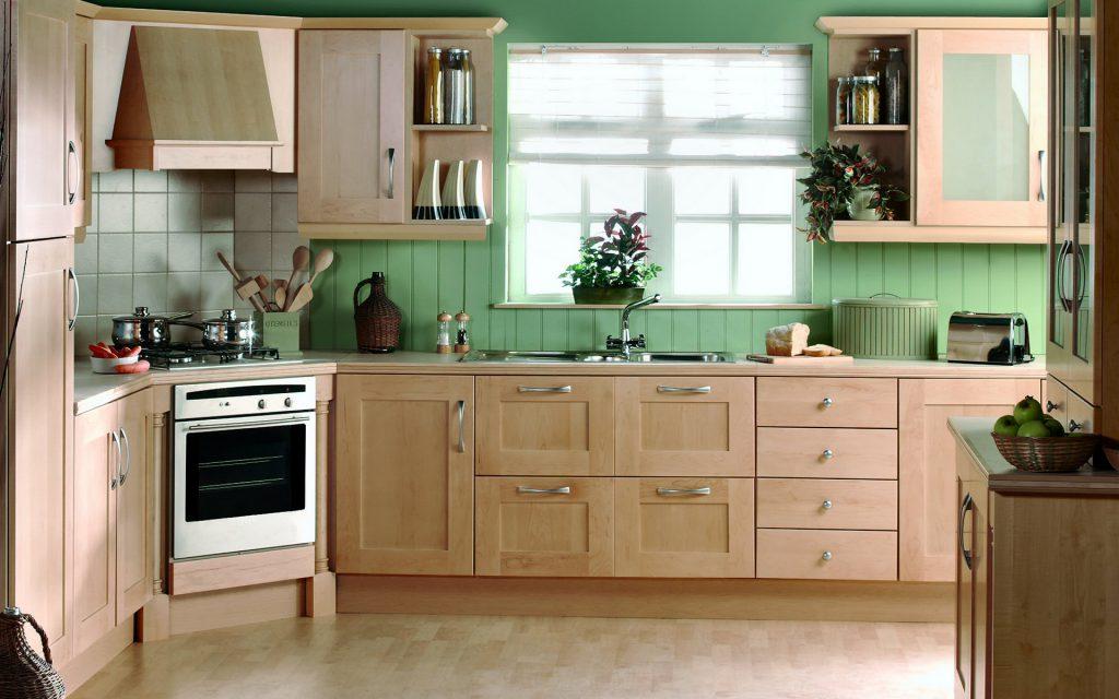 Кухня с зелеными панелями