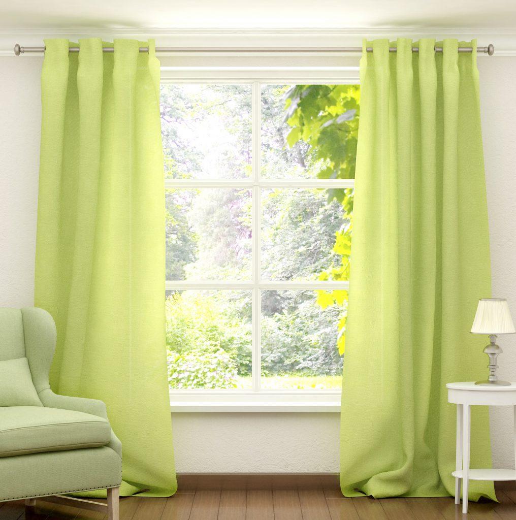 Светло-зеленые шторы в гостиной