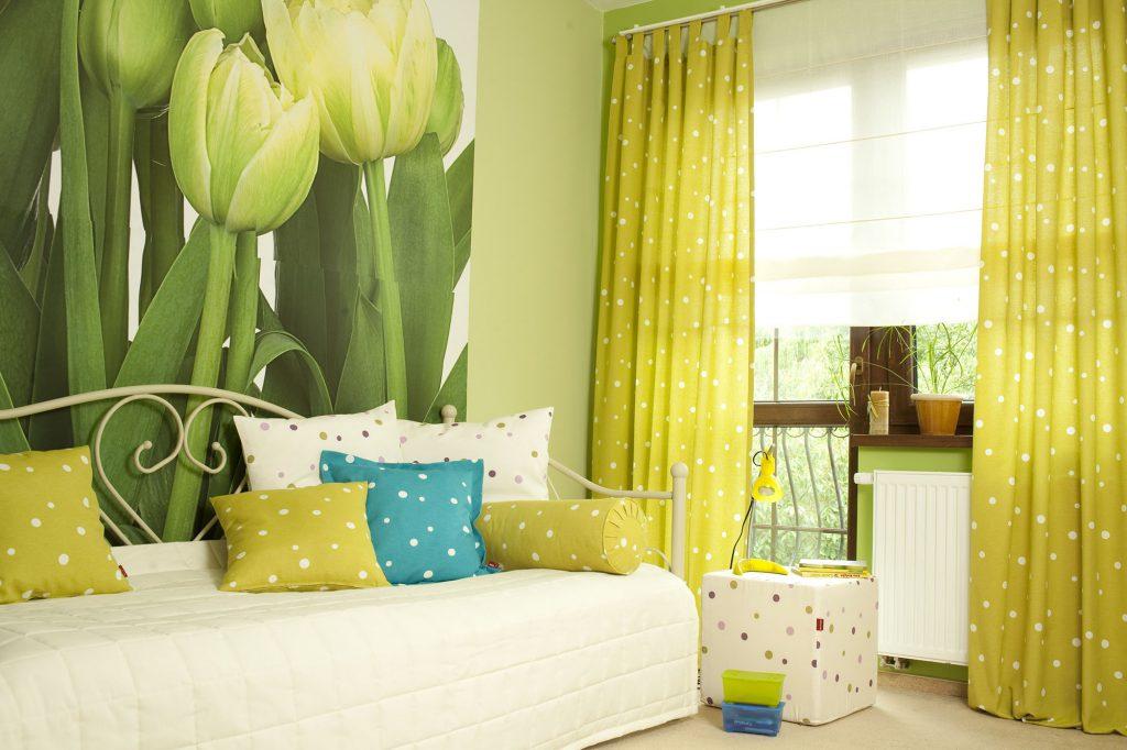 Оливковые шторы в горошек в гостиной