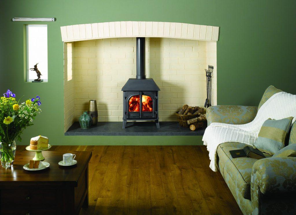 Сочетание темно-зеленого, коричневого и белого цветов в интерьере гостиной