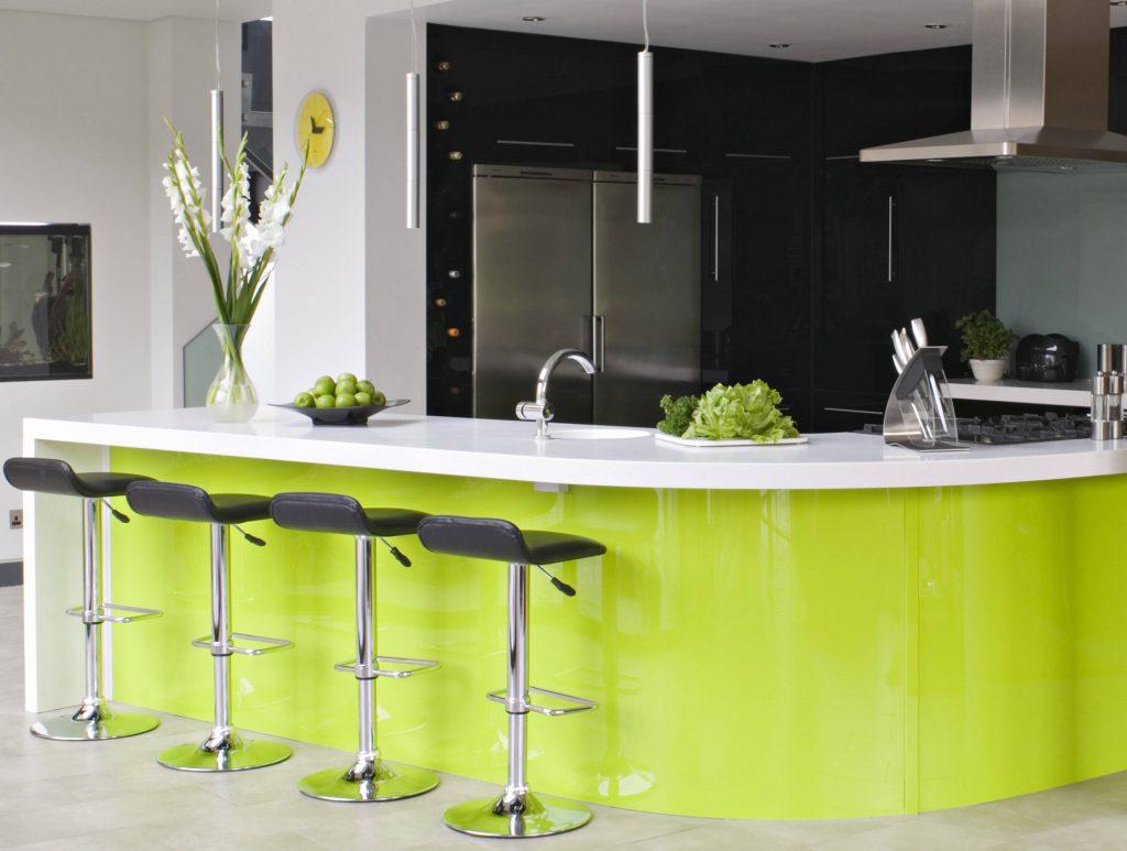 Стильное сочетание салатового, черного и белого цветов на кухне