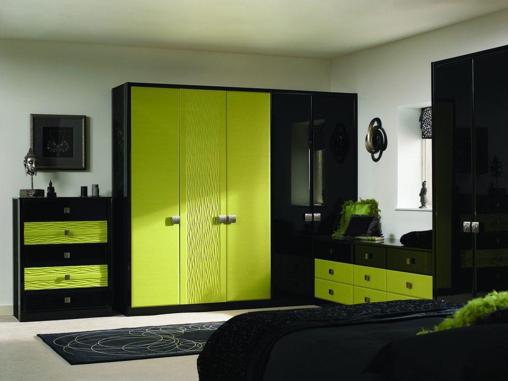 Сочетание зеленого и черного в спальне