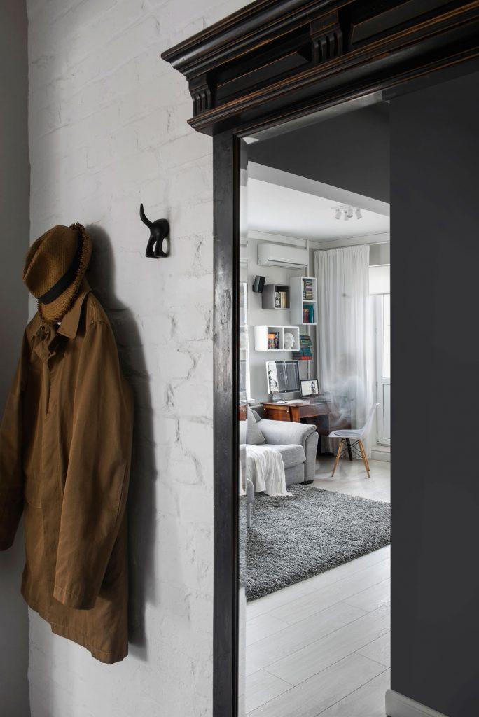 Зеркало, встроенное в черный шкаф в прихожей