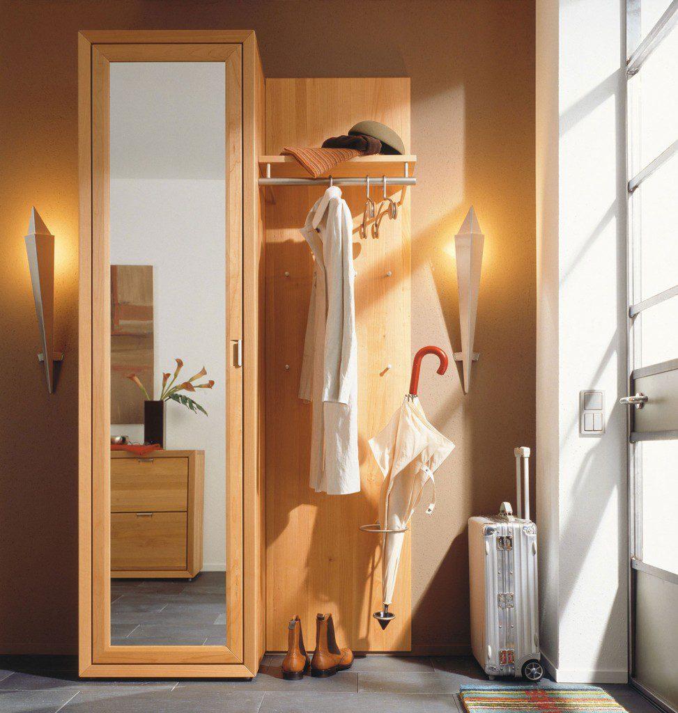 Зеркальная дверь шкафа в прихожей