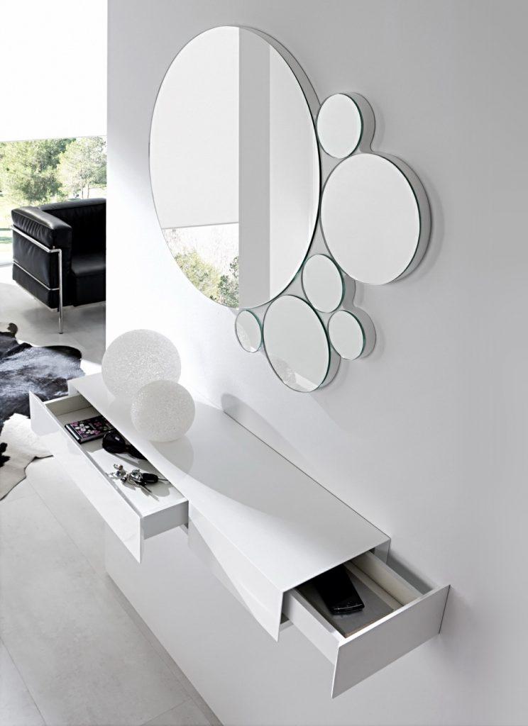 Составное зеркало из круглых элементов в прихожей