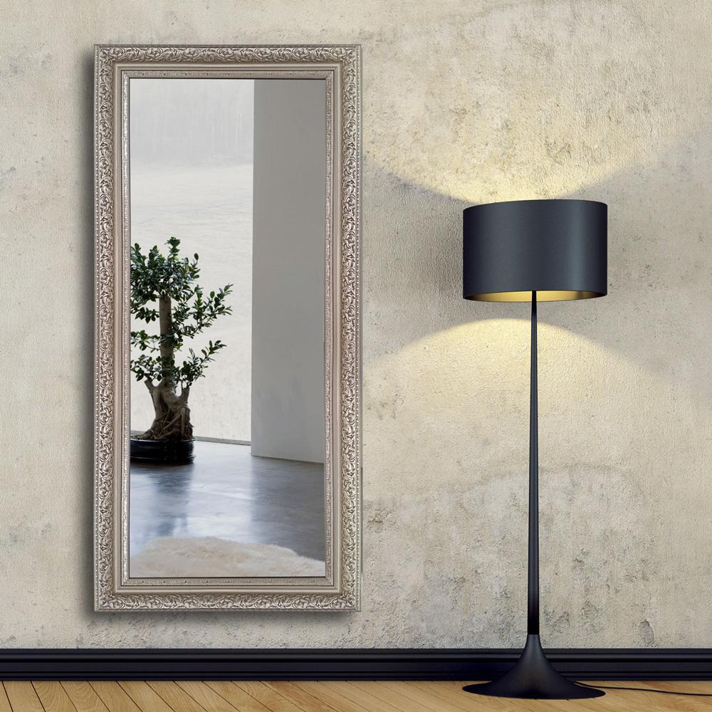 Зеркало в узорчатой раме в прихожей