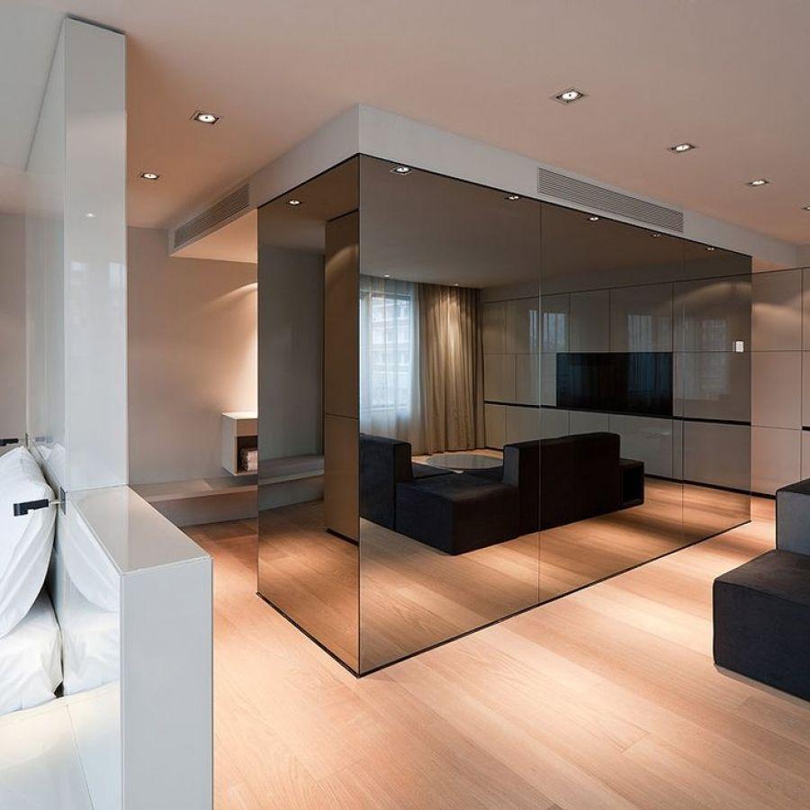 Темная зеркальная стена в квартире