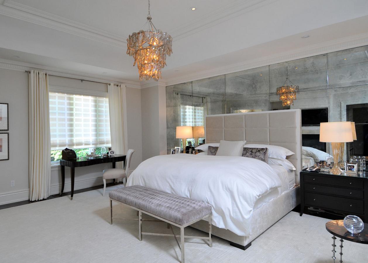 Зеркальная стена в светлой спальне