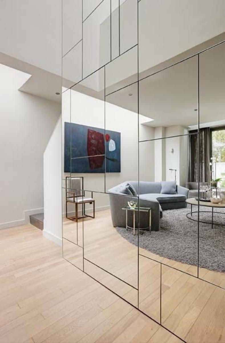 Зеркальная стена в коридоре дома