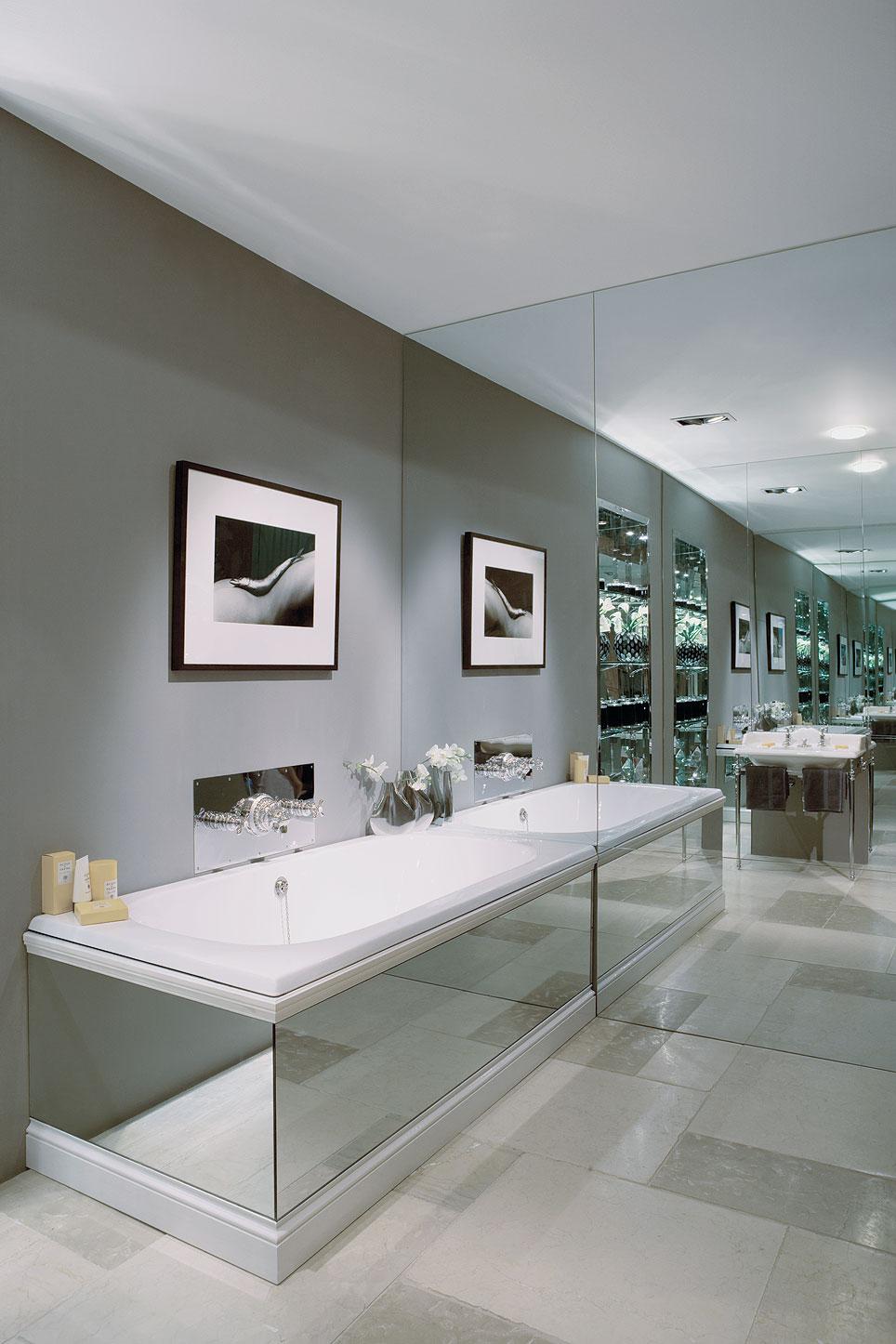 Зеркальная стена и корпус ванной