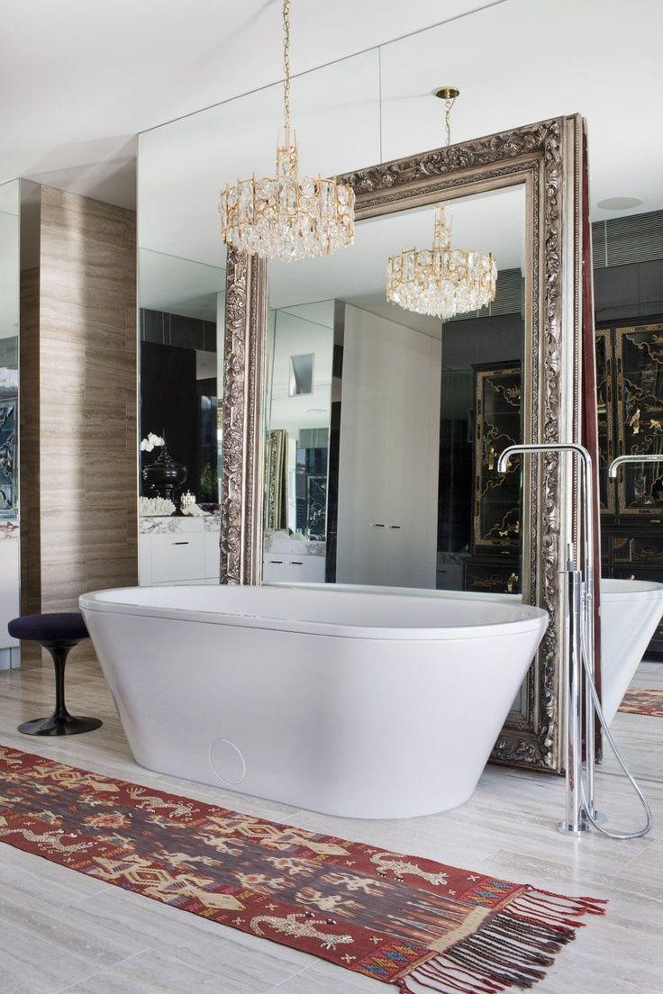 Зеркальная стена и зеркало в ванной