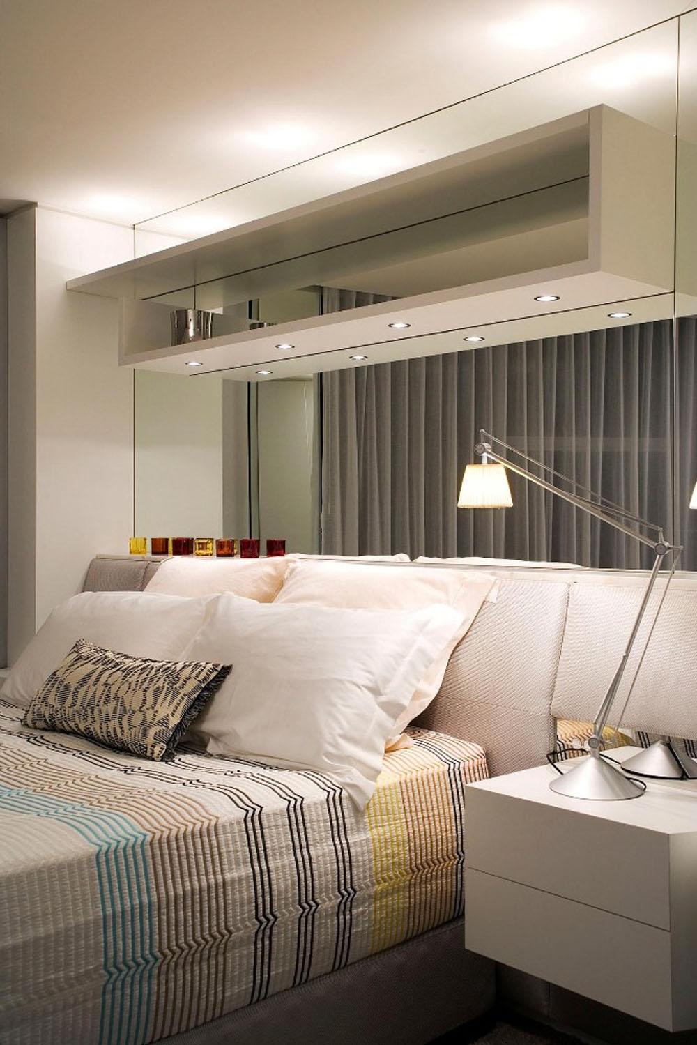 Зеркальная стена в спальне за кроватью