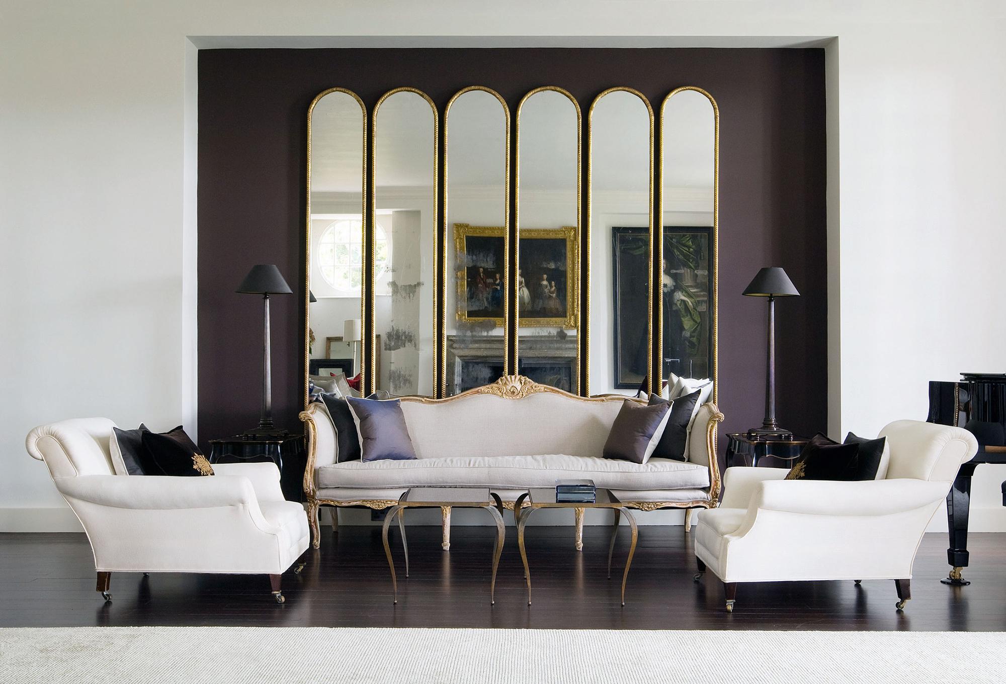 Зеркала в золотистой рамке в интерьере гостиной