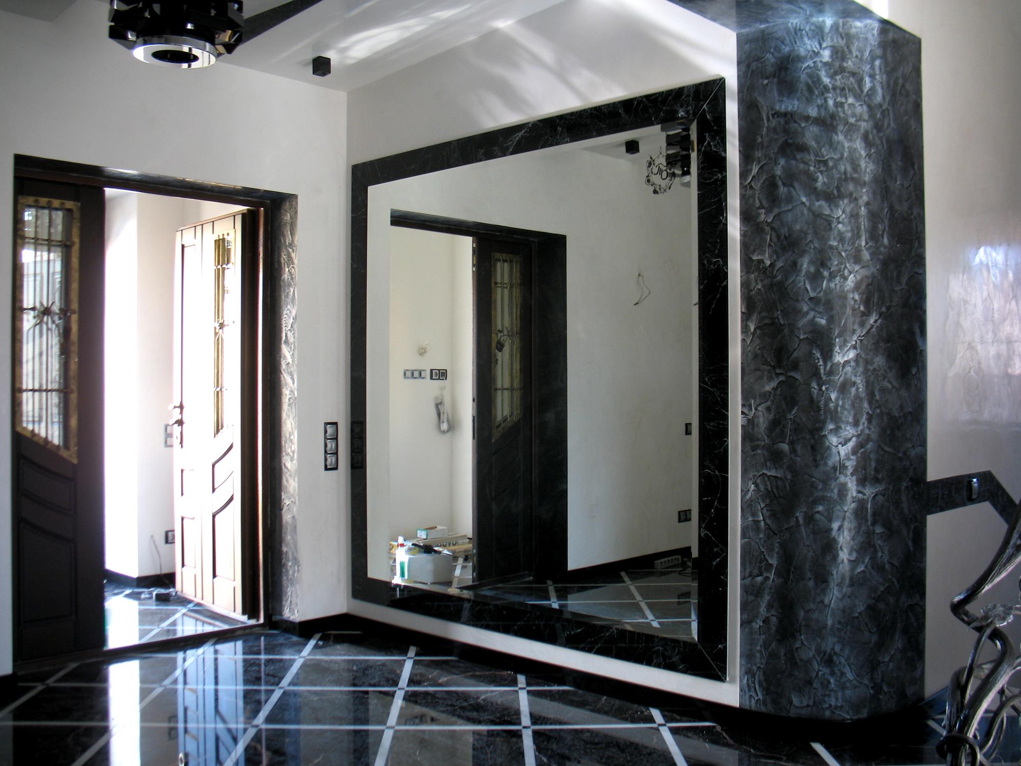 Большое зеркало в прихожей