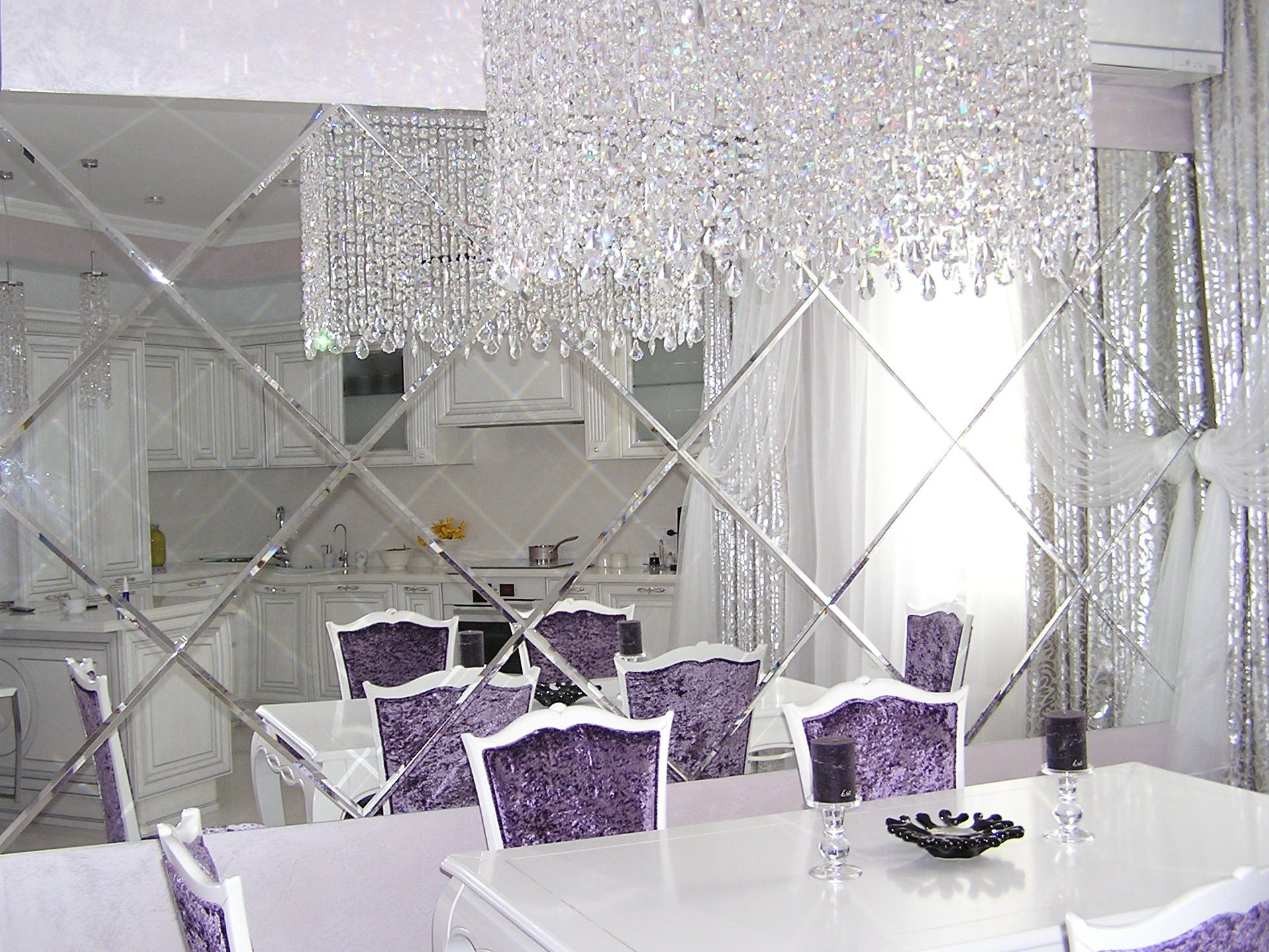 Зеркальная стена в столовой