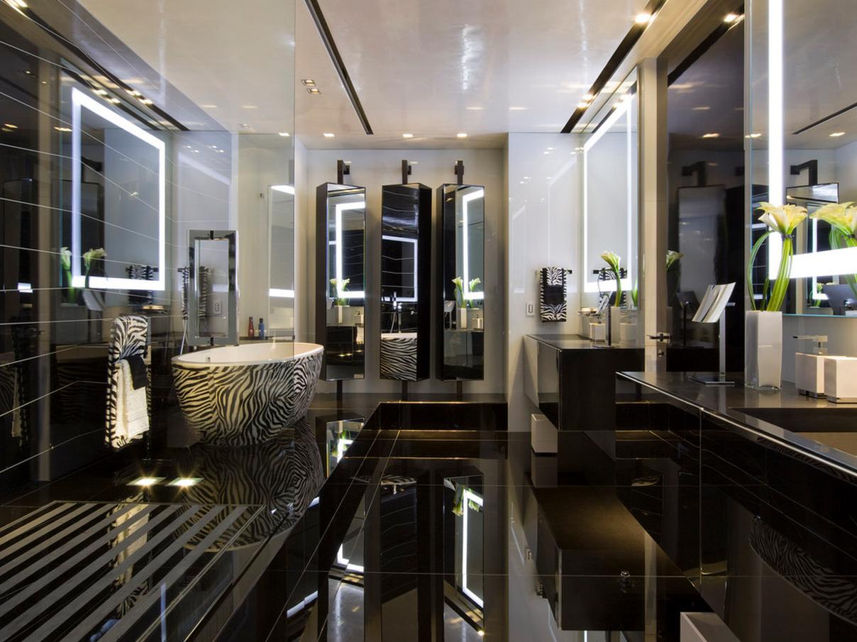 Большая ванная со множеством зеркальных поверхностей