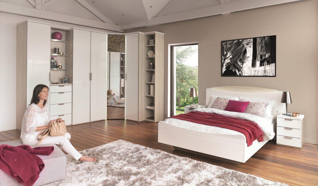 Угловой шкаф в интерьере спальни с зеркалом