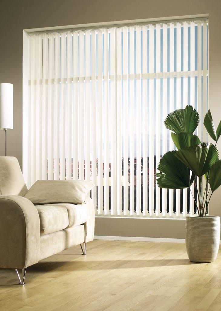Белые вертикальные жалюзи в комнате